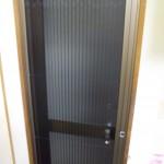 ドアのリフォーム 防犯ガラス 横引き収納網戸  壁をこわさない工事