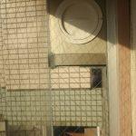 ガラスからエアコンの配管 エアコン配管しやすい窓 窓からダクトを出す工事