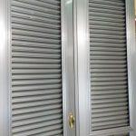 マンション玄関ドア網戸取り付け 中折れルーバー式 鍵付きで安心